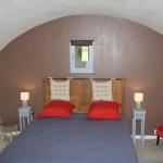 le lit de la chambre d'hôte près de Salers