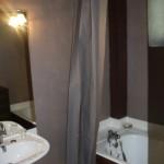 salle de bain de la chambre de Roche à Saint Bonnet de Salers